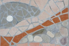 MEIE-mosaiik-arhitektuuris-ja-aias_trepiaste-eramaja-välisukse-ette-Pirital-detail-ilmastikukindel-keraamiline-plaat-klaasruudukesed-ja-lihvitud-looduslikud-kivid-2017_2