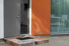 MEIE-mosaiik-arhitektuuris-ja-aias_trepiaste-eramaja-välisukse-ette-Pirital-ilmastikukindel-keraamiline-plaat-klaasruudukesed-ja-lihvitud-looduslikud-kivid-2017