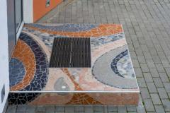 MEIE-mosaiik-arhitektuuris-ja-aias_trepiaste-eramaja-välisukse-ette-Pirital-ilmastikukindel-keraamiline-plaat-klaasruudukesed-ja-lihvitud-looduslikud-kivid-2017_2